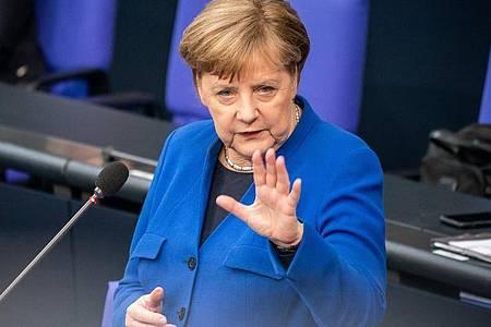 Angela Merkel stellt sich im Bundestag den Fragen der Abgeordneten. Foto: Michael Kappeler/dpa