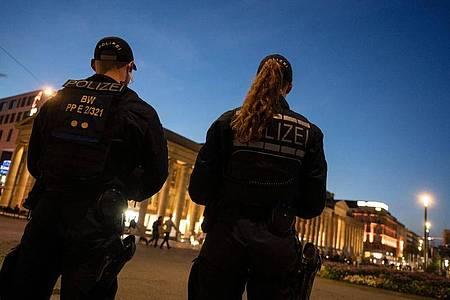 Einsatzkräfte der Polizei stehen am Abend nach den Ausschreitungen auf dem Schlossplatz in Stuttgart. Foto: Marijan Murat/dpa