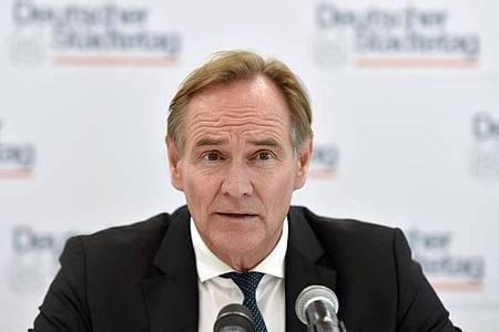 Der Präsident des Städtetages Burkhard Jung (SPD) spricht während einer Pressekonferenz. Foto: Caroline Seidel/dpa