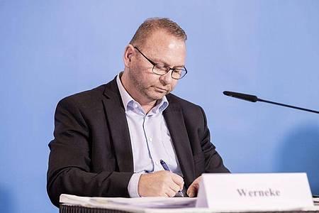 Frank Werneke, Verdi-Vorsitzender, unterzeichnet am 25. Oktober die Einigung der Tarifverhandlungen für den öffentlichen Dienst von Bund und Kommunen. Foto: Christoph Soeder/dpa