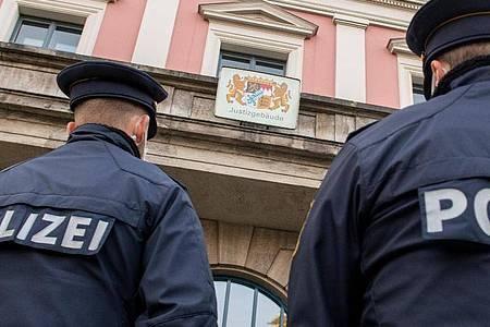 Polizisten stehen vor dem Justizgebäude inAugsburg. Foto: Stefan Puchner/dpa/Archiv