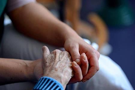 Pflegebedürftige und Angehörige können oft Entlastungsleistungen beantragen. Foto: Jens Kalaene/dpa-Zentralbild/dpa-tmn