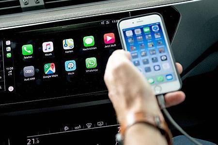 Apple Carplay und Android Auto sollten in einem Gerät auf jeden Fall integriert sein. Denn dann lassen sich über das Radio viele Smartphone-Funktionen nutzen. Foto: Zacharie Scheurer/dpa-tmn