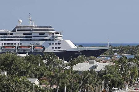 Das Kreuzfahrtschiff «Zaandam» legt im Hafen von Fort Lauderdale in Florida an. Foto: Wilfredo Lee/AP/dpa