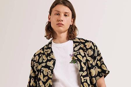 Typisch für das Revershemd sind eine kastenförmige Passform mit kurzen Ärmeln, dazu oft wilde Muster. Foto: Levi´s/dpa-tmn