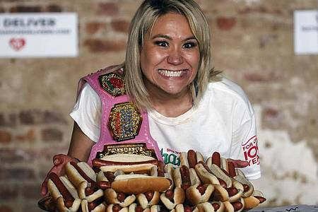 Miki Sudo freut sich über ihren neuen Rekord im Hotdog-Wettessen. Foto: John Minchillo/AP/dpa