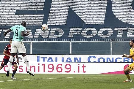 Inters Romelu Lukaku (l) köpft den Ball ins Tor. Foto: Tano Pecoraro/LaPresse/dpa