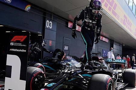 Mit einer Fabelrunde in der Qualifikation schockte Lewis Hamilton die Konkurrenz. Foto: Will Oliver/Pool`EPA/AP/dpa