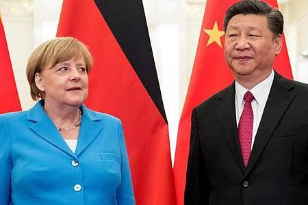 Bundeskanzlerin Angela Merkel wird 2018 vom chinesischen Präsidenten Xi Jinping begrüßt. Foto: Michael Kappeler/dpa
