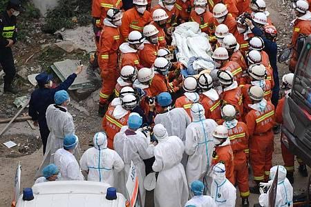 Rettungskräfte bergen einen Mann aus den Trümmern des eingestürzten Hotels. Foto: Lin Shanchuan/XinHua/dpa