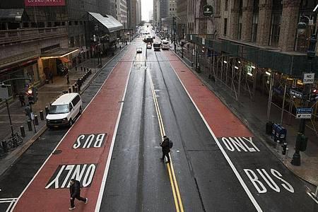 Aufgrund der Corona-Pandemie und den erlassenen Ausgangsbeschränkungen sind nur wenige Menschen in New York unterwegs. Foto: Mark Lennihan/AP/dpa