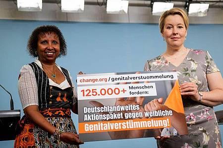 Frauenministerin Franziska Giffey und Faduma Korn, 1. Vorsitzende von «NALA e.V. Bildung statt Beschneidung» präsentieren das Ergebnis einer Unterschriftenaktion gegen Genitalverstümmelung. Foto: Kay Nietfeld/dpa