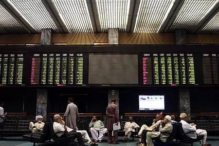 Das Archivbild zeigt die Börse in Karachi. Foto: Shahzaib Akber/EPA/dpa