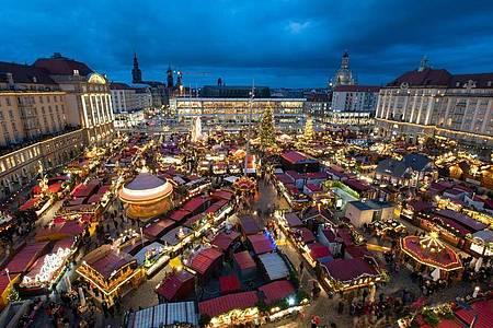 Der Dresdner Striezelmarkt im Jahr 2019. Fast zwei Drittel der Befragten haben sich jüngst dafür ausgesprochen, dass Weihnachtsmärkte in diesem Jahr nicht stattfinden sollten. Die Städte und die Schausteller hoffen aber noch. Foto: Robert Michael/dpa-Zentralbild/dpa