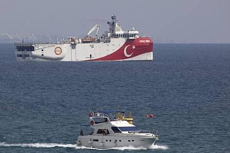 Das türkische Forschungsschiff Oruc Reis liegt vor der Küste von Antalya im Mittelmeer. Foto: Burhan Ozbilici/AP/dpa