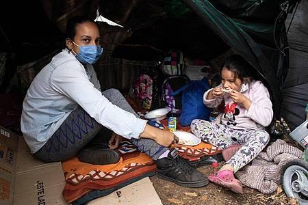 Hunderte Venezolaner hausen inmitten der Corona-Pandemie in einem Camp vor dem Busterminal im Norden der kolumbianischen Hauptstadt. Foto: Keoma Zec/Zuma Press/dpa