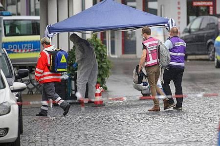 Einsatzkräfte der Polizei, Rettungsdienst und Notfallseelsorge sind am Tatort in der Stadtmitte von Bad Schussenried im Einsatz. Foto: Thomas Warnack/dpa