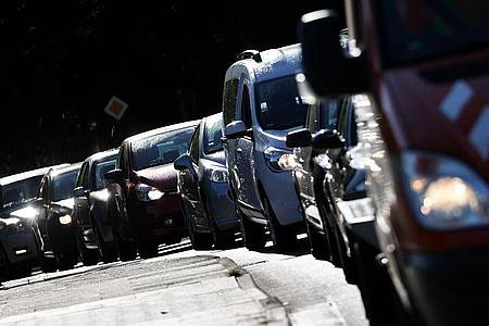 Fahrzeuge stauen sich auf einer Straße über die Autobahn A7. Höllenlärm ab Werk: Verschiedene fabrikneue Motorräder und Sportwagen sind nach einer Studie des Umweltbundesamts unnötig laut. Foto: Christian Charisius/dpa
