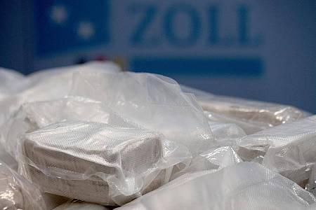 Pakete mit Rauschgift liegen während einer Pressekonferenz des Hauptzollamtes Frankfurt (Oder) auf einem Tisch. Foto: Ralf Hirschberger/dpa