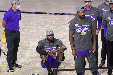 LeBron James (2.v.l) von den Los Angeles Lakers sitzt auf dem Parkett. Foto: Mark J. Terrill/AP/dpa