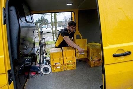 Schwere Pakete, gut gefüllte Postkisten: Als angehende Fachkraft für Kurier-, Express- und Postdienstleistungen, ist Alexander Seiffert gut ausgelastet. Foto: Klaus-Dietmar Gabbert/dpa-tmn