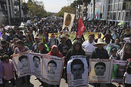 Angehörige haben mit Demonstrationen immer wieder an die 43 vermissten Lehramtsstudenten erinnert. Foto: Marco Ugarte/AP/dpa