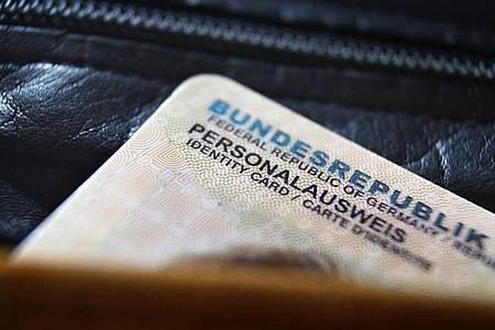 Ein deutscher Personalausweis ragt aus einer Geldbörse. Foto: Karl-Josef Hildenbrand/dpa/Symbolbild
