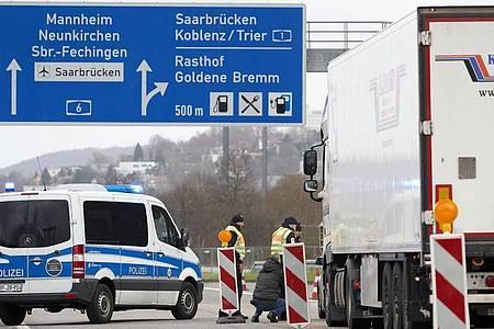 Polizeibeamte kontrollieren in Saarbrücken stichprobenartig den aus Frankreich einfahrenden Grenzverkehr. Foto: Thomas Frey/dpa