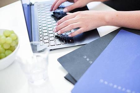 Baut ein Unternehmen gerade Abteilungen aus, kann es sich lohnen, früh eine Initiativbewerbung zu platzieren. Foto: Christin Klose/dpa-tmn