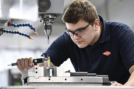 Stimmen die Abstände der Bohrung? Als angehender Industriemechaniker leistet Luca Tremper Millimeterarbeit. Foto: Kirsten Neumann/dpa-tmn
