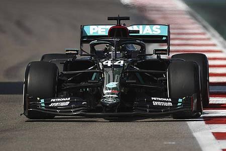 Mit einem Sieg in Sotschi kann Lewis Hamilton den Grand-Prix-Rekord von Michael Schumacher einstellen. Foto: Bryn Lennon/Pool Getty/AP/dpa