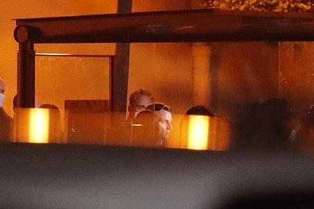 Emmanuel Macron (M), Präsident von Frankreich, besucht den Tatort nach einer brutalen Messerattacke. Foto: Michel Euler/AP/dpa