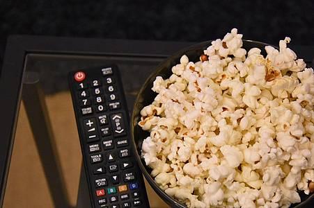 popcorn und fernbedienung