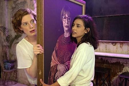 Maria (Luise Wolfram, l) und Shira (Moran Rosenblatt) verlieben sich ineinander. Foto: Nati Levi/X Verleih/dpa