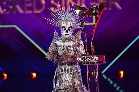 Hinter der Maske des «Skelett» steckte die Gewinnerin Sarah Lombardi. Foto: Willi Weber/ProSieben/dpa