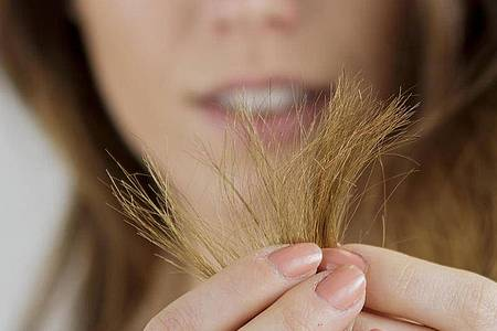 Bei langen Haaren ist ein ausbleibender Friseurtermin gar nicht so schlimm. Foto: Monique Wüstenhagen/dpa-tmn