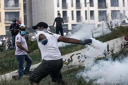 Erstmals seit Beginn der Corona-Pandemie ist es im Libanon wieder zu einer größeren Demonstration gegen die Regierung und die schlechte Wirtschaftslage gekommen. Foto: Marwan Naamani/dpa