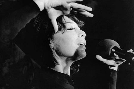 Juliette Gréco im Jahr 1973. in der Kölner Sporthalle. Entdeckt hatte sie einst der französische Philosoph Jean-Paul Sartre in einer Kellerbar in Saint-Germain-des-Prés. Foto: Hannes Hemann/dpa