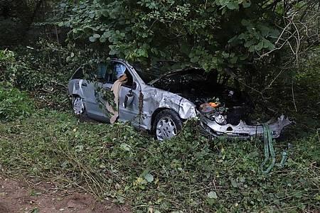 Der Mercedes blieb im Gebüsch liegen.