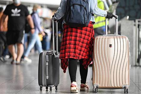 Reisende, die aus Covid-19-Risikogebieten zurückkehren, müssen in einigen Bundesländern in Quarantäne. Dann kann für Berufstätige ein Lohnausfall drohen. Foto: Arne Dedert/dpa/dpa-tmn