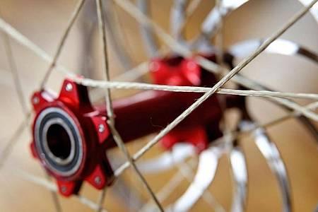 Ein Prototyp eines Laufrades mit Speichen aus synthetischen Hightech-Fasern steht vor einem Dauerbelastungstest. Entwickelt wurde das Produkt von Absolventen der TU Chemnitz. Foto: Jan Woitas/dpa-Zentralbild/dpa