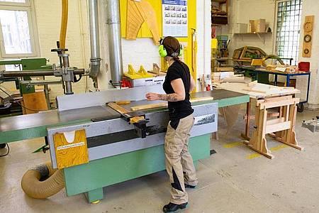 Marly Konefka macht ihre Ausbildung zur Tischlerin nicht in einem Betrieb - sondern im Bildungszentrum der GFBM in Berlin. Foto: Catherine Waibel/dpa-tmn