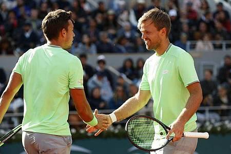 Kevin Krawietz (r) und Andreas Mies wollen bei den French Open wieder ins Finale. Foto: Pavel Golovkin/AP/dpa