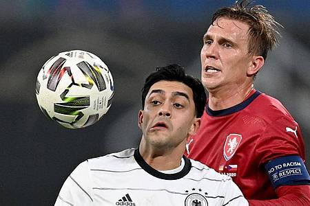 Alles im Blick:Nadiem Amiri und Borek Dockal kämpfen um den Ball. Foto: Robert Michael/dpa-Zentralbild/dpa