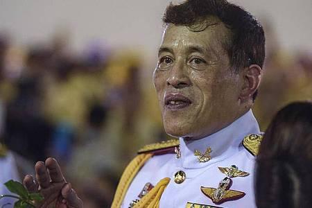 Der thailändische König Maha Vajiralongkorn grüßt seine Anhänger nach einer buddhistischen Zeremonie im Großen Palast. Foto: Yuttachai Kongprasert/SOPA Images via ZUMA Wire/dpa