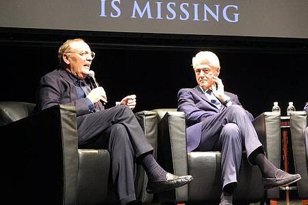 "Autor James Patterson (l.) und Bill Clinton bei der Buchvorstellung des Krimis ""The President Is Missing"" 2018 in Nw York. Foto: Johannes Schmitt-Tegge/dpa"