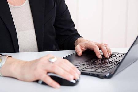 Personalakten werden heute meist elektronisch geführt. Der Betriebsrat darf sie dennoch nicht permanent einsehen. Foto: Christin Klose/dpa-tmn