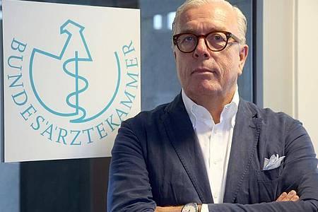 Klaus Reinhardt, Präsident der Bundesärztekammer, zweifelt am Nutzen von Alltagsmasken. Foto: Wolfgang Kumm/dpa