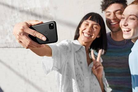 Natürlich hat das Google Pixel 4a auch eine Selfie-Kamera - allerdings an etwas ungewöhnlicher Stelle. Foto: Google/dpa-tmn