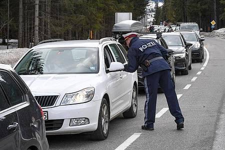 Polizisten kontrollieren Personen in St. Anton am Arlberg in den Tiroler Alpen. Foto: Expa/Erich Spiess/APA/dpa
